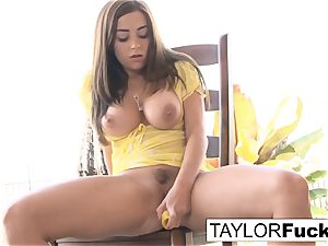 Naturally stacked Taylor plays with her twat
