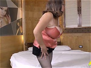 LATINCHILI Latina mature solo milking