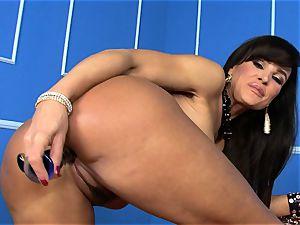 luxurious Lisa Ann wedges her dildo deep in her moist gash