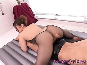 chinese cougar creampied after oily massage