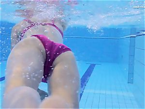 sizzling Elena flashes what she can do under water
