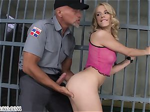 porn in prison. Guard pummels dame prisoner behind beams