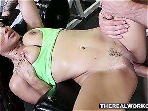 slender chocolate hotty works her quim fine in the gym