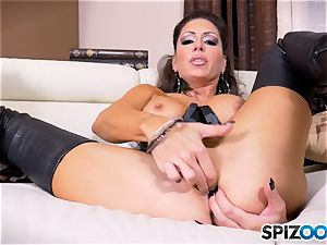 black-haired bombshell Jessica Jaymes messes with her splendid minge